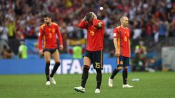 Sergio Ramos (tengah) menutup wajahnya usai kalah dari Rusia pada laga 16 besar Piala Dunia 2018 di Luzhniki Stadium, Moskow, Rusia, (1/7/2018). Spanyol kalah adu penalti 3-4. (AFP/Francisco Leong)