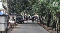 Suasana penjagaan Tim Gegana di sekitar lokasi saat peledakkan barang bukti di rumah milik terduga teroris di kawasan Condet, Jakarta Timur, Senin (29/3/2021). Tim Gegana meledakkan benda yang memiliki daya ledak di lantai atas rumah terduga teroris. (merdeka.com/Iqbal S Nugroho)