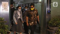 Gisella Anastasia atau Gisel (kiri) berjalan keluar usai menjalani pemeriksaan sebagai tersangka oleh penyidik Ditreskrimsus Polda Metro Jaya, Jakarta, Jumat (8/1/2021). Gisel menyelesaikan proses pemeriksaan dalam kasus video syur yang mejeratnya selama hampir 10 jam. (Liputan6.com/Herman Zakharia)