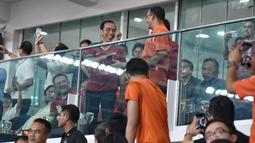 Keakraban Presiden Jokowi dan Gubernur DKI Jakarta, Anies Baswedan saat berbincang disela pertandingan Final Piala Presiden 2018 antara Persija Jakarta vs Bali United di Stadion Utama GBK, Sabtu (17/2). (LIputan6.com/Dok Gubernur DKI/Khairudin Safri)