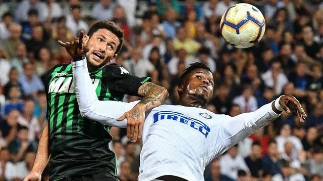 Gelandang Sassuolo, Stefano Sensi (kiri), tengah jadi rebutan Inter dan AC Milan. (AFP/Vincenzo Pinto)