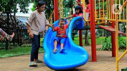 Sejumlah anak menikmati fasilitas yang tersedia di Taman Kebersihan 3, Cengkareng Barat, Jakarta, Rabu (22/1/2020). Taman Kebersihan 3 dilengkapi Rumah Pohon yang memanfaatkan hasil pemangkasan pohon dan tidak menggunakan APBD. (merdeka.com/Magang/Muhammad Fayyadh)