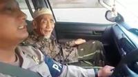 Mbah Moen naik mobil Patwal Polisi. (Merdeka.com)