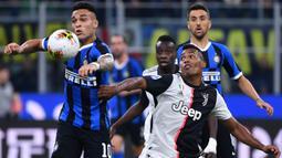 Striker Inter Milan, Lautaro Martinez, berebut bola dengan bek Juventus, Alex Sandro, pada laga Serie A di Stadion San Siro, Milan, Minggu (6/10). Inter kalah 1-2 dari Juventus. (AFP/Alberto Pizzoli)