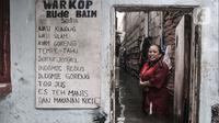 Aktivitas warga saat banjir merendam permukiman di Bukit Duri, Jakarta, Kamis (18/2/2021). Hujan deras yang mengguyur sejak pagi menyebabkan permukiman warga di 5 RW, yakni RW 03, 04, 05, 06, dan 07 Kelurahan Bukit Duri terendam banjir. (merdeka.com/Iqbal S Nugroho)