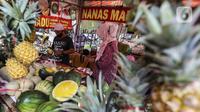 Pedagang mengupas buah nanas di Pasar Mitra Tani (PMT) Pasar Minggu, Jakarta Selatan, Jumat, (7/5/2021). Sehubungan libur Idul Fitri 1442 H, PMT tutup sementara yakni dari tanggal 12-16 Mei 2021. (Liputan6.com/Johan Tallo)