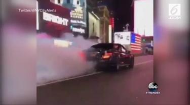 Pengemudi sedan asal Jerman membuat keributan di jalanan New York. Si pengemudi bahkan menabrak seorang polisi yang hendak menghentikan mobilnya.