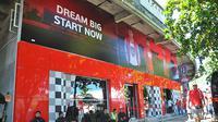 Bagian depan toko resmi yang menjual merchandise Bali United di kompleks Stadion I Wayan Dipta, Gianyar. (Bola.com/Iwan Setiawan)