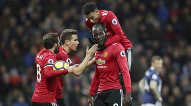 Para pemain Manchester United (MU) merayakan gol yang dicetak oleh Romelu Lukaku ke gawang West Bromwich Albion (WBA) pada laga Premier League di Stadion The Hawthorns, Minggu (17/12/2017). MU menang 2-1 atas WBA. (AP/Nick Potts)