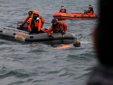 Anggota Tim SAR Gabungan mengevakuasi serpihan pesawat  Sriwijaya Air SJ 182 di perairan Kepulauan Seribu, Jakarta, Senin  (11/1/2021).  Serpihan atau bagian dari pesawat Sriwijaya Air SJ-182 yang ditemukan oleh Tim SAR gabungan sudah dalam kondisi ringsek pasca kecelakaan. (merdeka.com/Arie Basuki)
