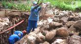 Petugas menyelesaikan pembuatan sumur resapan di kawasan Cempaka Putih, Jakarta, Rabu (25/11/2020). Sebanyak 14 lubang sumur resapan yang dibangun di ruas Jalan Jenderal Ahmad Yani dan Cempaka Putih Barat 21 saat ini terus dikebut pengerjaannya. (Liputan6.com/Immanuel Antonius)