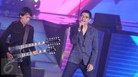 Duta (kanan) dan Eros, personel dari grup band Sheila On 7 saat beraksi di Panggung Konser Raya 22 Indosiar, Jakarta, Rabu (11/1). Indosiar menggelar pertunjukan akbar Konser Raya dengan tema Semesta Cinta Indonesia. (Liputan6.com/Helmi Afandi)