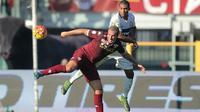 Pemain Torino Maxi Lopez (kiri) berebut bola dengan pemain Inter Milan Juan Jesus pada lanjutan Liga Italia Serie A di Stadion Olympic, Turin, MInggu (8/11/2015) WIB. Inter menang 1-0. (AFP Photo/Marco Bertorello)