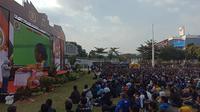 Ratusan Bobotoh menyaksikan laga Persija vs Persib melalui layar lebar di Lapangan Gasibu. (Liputan6.com/Huyogo Simbolon)