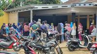 Puluhan warga berkerumun pada pengambilan Bansos dari Kemensos di RW7, Kelurahan Bedahan, Sawangan, Kota Depok. (Foto: Liputan6.com/Dicky Agung Prihanto).