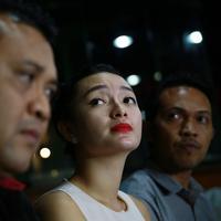 Dengan mimik muka sedih, ia memohon maaf sedalam-dalamnya pada orang yang melaporkannya. (Deki Prayoga/Bintang.com)
