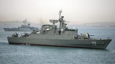 Kapal perang Iran Alborz, latar depan, bersiap untuk meninggalkan perairan Iran, 7 April 2015.