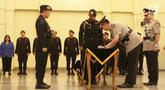 Kapolri Jenderal Tito Karnavian menyaksikan Brigjen Muhammad Iqbal menandatangani dokumen pelantikan selama upacara sertijab di Mako Brimob, Kelapa Dua, Depok, Rabu (14/11). Brigjen Muhammad Iqbal kini menjabat Kadiv Humas. (Liputan6.com/Herman Zakharia)