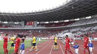 Pemain Persija Jakarta bersama player escort kid di pertandingan Piala AFC 2019 antara Persija Jakarta kontra Ceres-Negros di Stadion Utama Gelora Bung Karno, Senayan, Jakarta, Selasa (23/4/2019). (Bola.com/M iqbal Ichsan)