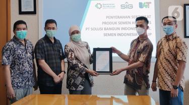 Lembaga Sertifikasi Produk B4T menyerahkan sertifikat SNI kepada perwakilan PT Semen Indonesia (Persero) Tbk (SIG) di Jakarta, Jumat (28/05/2021). SIG meluncurkan inovasi terbaru produk semen hidraulis tipe HE pertama di Indonesia yang telah lulus uji. (Liputan6.com/HO/SIG)