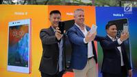 Shane Chiang APAC Head of Marketing HMD Global, Mark Trundle Country Manager HMD Global dan Irvan Ridha Master Training HMD Global Indonesia pada peluncuran trio ponsel Android Nokia 3, 5 dan 6  di Jakarta, Kamis (14/9). (Liputan6.com/Faizal Fanani)