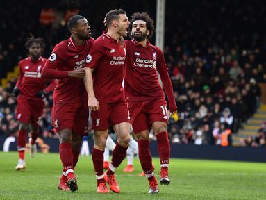 Selebrasi gol James Milner pada laga lanjutan Premier League yang berlangsung di Stadion Craven Cottage, London, Minggu (17/3). Liverpool menang 2-1 atas Fulham. (AFP/Glyn Kirk)