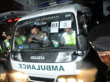 Sejumlah Ambulans keluar dari dermaga Wijayapura, Cilacap, Jawa tengah,Jumat (29/7). Eksekusi mati tahap tiga terpidana mati kasus narkoba sudah dilaksanakan di Lapangan Tembak Tunggal Panaluan Nusakambangan.(Liputan6.com/Helmi Afandi)