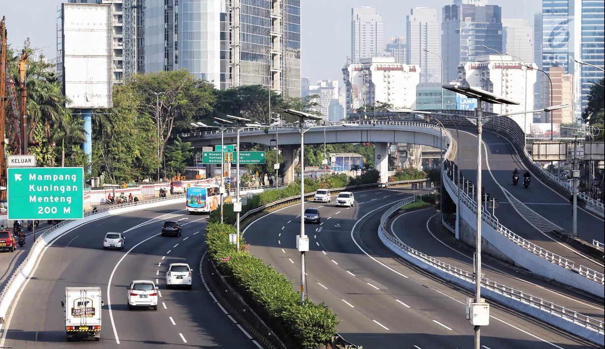 Sejumlah kendaraan melintas di ruas Tol Dalam Kota, Jalan Gatot Subroto, Jakarta, Senin (18/6). H+4 Lebaran,  ruas Tol Dalam Kota terpantau lengang karena masih ditinggal mudik warga Jakarta. (Liputan6.com/Faizal Fanani)