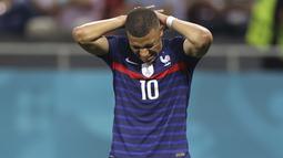 Ambisi Timnas Prancis untuk melaju ke babak perempat final Euro 2020 harus terhenti usai tendangan penalti Kylian Mbappe yang menjadi eksekutor kelima  berhasil ditepis penjaga gawang Swiss dalam laga adu penalti. (Foto: AP/Pool/Marko Djurica)