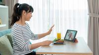 Virtual meeting sangat memungkinkanmu bertemu dan berkomunikasi langsung dengan anggota keluarga di kampung halaman.