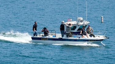 Kedua orang tua Naya Rivera dan anggota sheriff Ventura County terlihat setelah jasad aktris Glee itu ditemukan, di Danau Piru, California, Senin (13/7/2020). Kepolisian wilayah Ventura pada Senin (13/7) pagi mengumumkan telah mengangkat jasad  Naya Rivera dari Danau Piru.  (AP/Ringo H.W. Chiu)