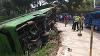 Bus Karunia Bakti Jurusan Jakarta-Garut Terguling Saat Melintas di Jalan Raya Cugenang, Cianjur, Jawa Barat, pada Rabu (28/8/2019). (Foto: Achmad Sudarno/Liputan6.com).