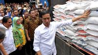 Presiden Joko Widodo meninjau Gudang Beras Bulog, Jakarta, Rabu (25/2/2015). Presiden Jokowi  memerintahkan Bulog menggelontorkan semua stok beras di gudang Bulog agar harga beras di pasaran normal kembali. (Liputan6.com/Faizal Fanani)