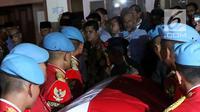 Anggota Paspampres mengangkat peti jenazah Presiden RI ke-3 BJ Habibie saat tiba di rumah duka Patra Kuningan Jakarta, Rabu (11/9/2019). Peti jenazah BJ Habibie diselimuti bendera Merah Putih dan disemayamkan di rumah duka sebelum dimakamkan di TMP Kalibata. (Liputan6.com/Angga Yuniar)