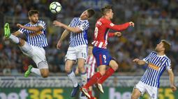 Striker Atletico Madrid, Fernando Torres, duel udara dengan bek Real Sociedad, Aritz Elustondo, pada laga La Liga di Stadion Municipal de Anoeta, Kamis (19/4/2018). Real Sociedad menang 3-0 atas Atletico Madrid. (AFP/Ander Gillenea)