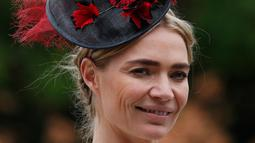 Model fashion Jodie Kidd berpose dengan topi atau fascinator unik bermotif bulu saat menghadiri ajang pacuan kuda Royal Ascot di Ascot, Inggris, Selasa (18/6/2019). Royal Ascot menjadi ajang bagi wanita Inggris untuk tampil dengan fascinator unik. (AP Photo/Alastair Grant)
