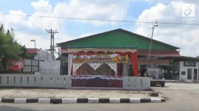 Untuk mengamankan jalannya pesta adat Kahiyang-Bobby yang akan digelar di Medan, polisi membangun pos dadakan di pinggir jalan.