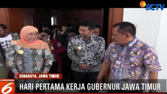 Sejumlah karangan bungan ucapan selamat atas terpilihnya Khofifah dan Emil Dardak masih memenuhi halaman Kantor Gubernur Jawa Timur.