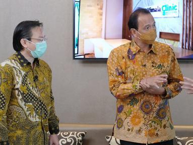 Marketing Director APG Agung Wirajaya (tengah), Assistant VP Marketing Kota Podomoro Tenjo Zaldy Wihardja (kiri), dan Direktur Eksekutif Indonesia Property Watch Ali Tranghanda (kanan) pada Webinar Virtual Proyek Agung Podomoro Group di Jakarta, Kamis (5/11/2020). (Liputan6.com/Fery Pradolo)