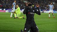 Gelandang Chelsea, Tiemoue Bakayoko, merayakan gol yang dicetaknya ke gawang Huddersfield pada laga Premier League di Stadion John Smith, Huddersfield, Selasa (12/12/2017). Huddersfield kalah 1-3 dari Chelsea. (AFP/Oli Scarff)