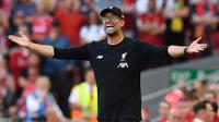 Pelatih Liverpool, Juergen Klopp, memberikan instruksi saat melawan Arsenal pada laga Premier League di Stadion Anfield, Liverpool, Sabtu (24/8). Liverpool menang 3-1 atas Arsenal. (AFP/Ben Stansall)