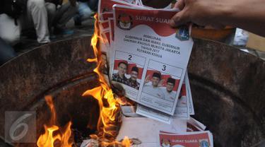 KPU DKI Jakarta memusnahkan surat suara, Jakarta, Selasa (18/4). Surat suara sebanyak 6.943 tersebut dimusnahkan karena rusak dan yang berlebihan. (Liputan6.com/Helmi Afandi)