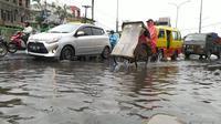 Genangan air terjadi di Jalan Arif Rahman Hakim, Kecamatan Beji, Depok usai diguyur hujan deras (Foto:Liputan6/Dicky Agung Prihanto)