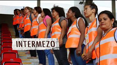 Sebuah klub sepakbola asal Brasil, Sport Club de Recife memperkerjakan ibu dari para hooligan ini untuk menjadi petugas keamanan Tercatat ada 30 ibu yang bergabung dan dilatih bagaimana mengamankan atau mengawasi penonton yang disinyalir akan melakuk...