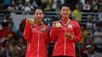 Ganda putri Jepang, Misaki Matsutomo/Ayaka Takahashi, merebut medali emas bulutangkis Olimpiade Rio 2016. (AFP/Ben Stansall)
