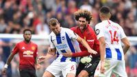 Gelandang Manchester United, Marouane Fellaini (dua dari kanan) terlibat perebutan bola dengan gelandang Brighton, Dale Stephens, di American Express Community Stadium, Brighton, Minggu (19/8/2018).  (AFP / Glyn Kirk)