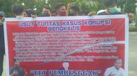 Demonstrasi mahasiswa terkait korupsi jalan di Bengkalis di Kejati Riau. (Liputan6.com/M Syukur)