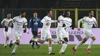 Para pemain AC Milan merayakan gol yang dicetak Hakan Calhanoglu, ke gawang Atalanta pada laga Serie A di Stadion Atleti Azzurri d'Italia di Bergamo, Sabtu (16/2). Atalanta kalah 1-3 dari Milan. (AFP/Miguel Medina)