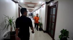 Dua orang pria melintas di depan ruang kerja Wakil Ketua DPD RI, Jakarta, Rabu (5/4). Ruangan kerja Wakil Ketua DPD yang sebelumnya ditempati GKR Hemas dan Farouk Muhammad didapati dalam keadaan terkunci. (Liputan6.com/Johan Tallo)