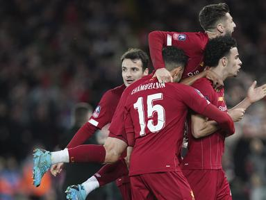 Gelandang Liverpool, Curtis Jones (kanan) berselebrasi usai mencetak gol ke gawang Everton pada pertandingan babak ketiga Piala FA di Anfield, Inggris, Minggu (5/1/2019). Liverpool menang tipis atas Everton 1-0. (AP Photo/Jon Super)